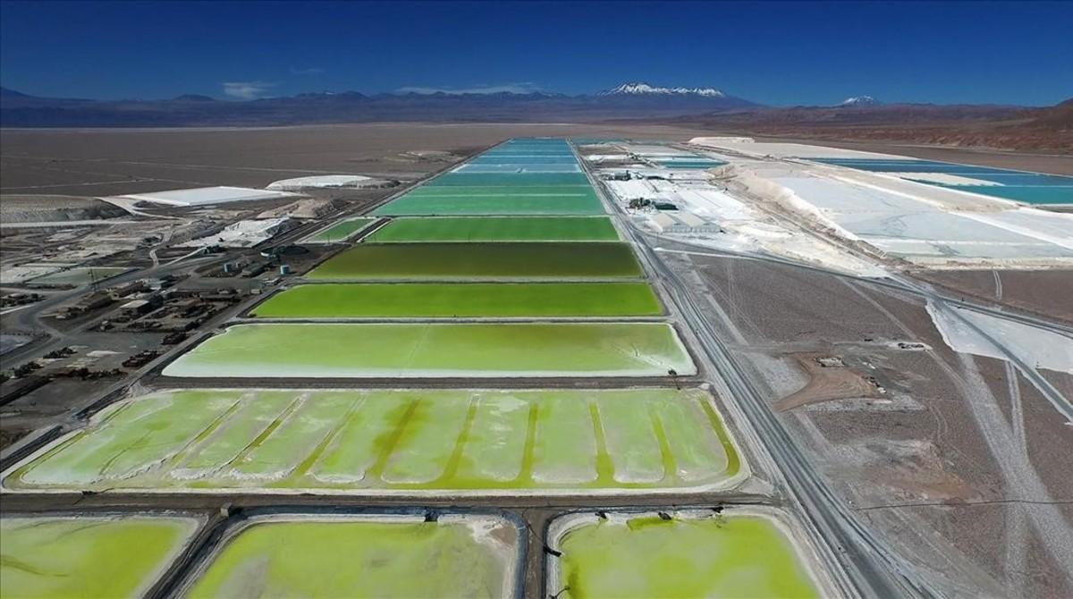 Piscinas de litio en Chile, una imagen de la futuraexposición del CCCB Después del fin del mundo.