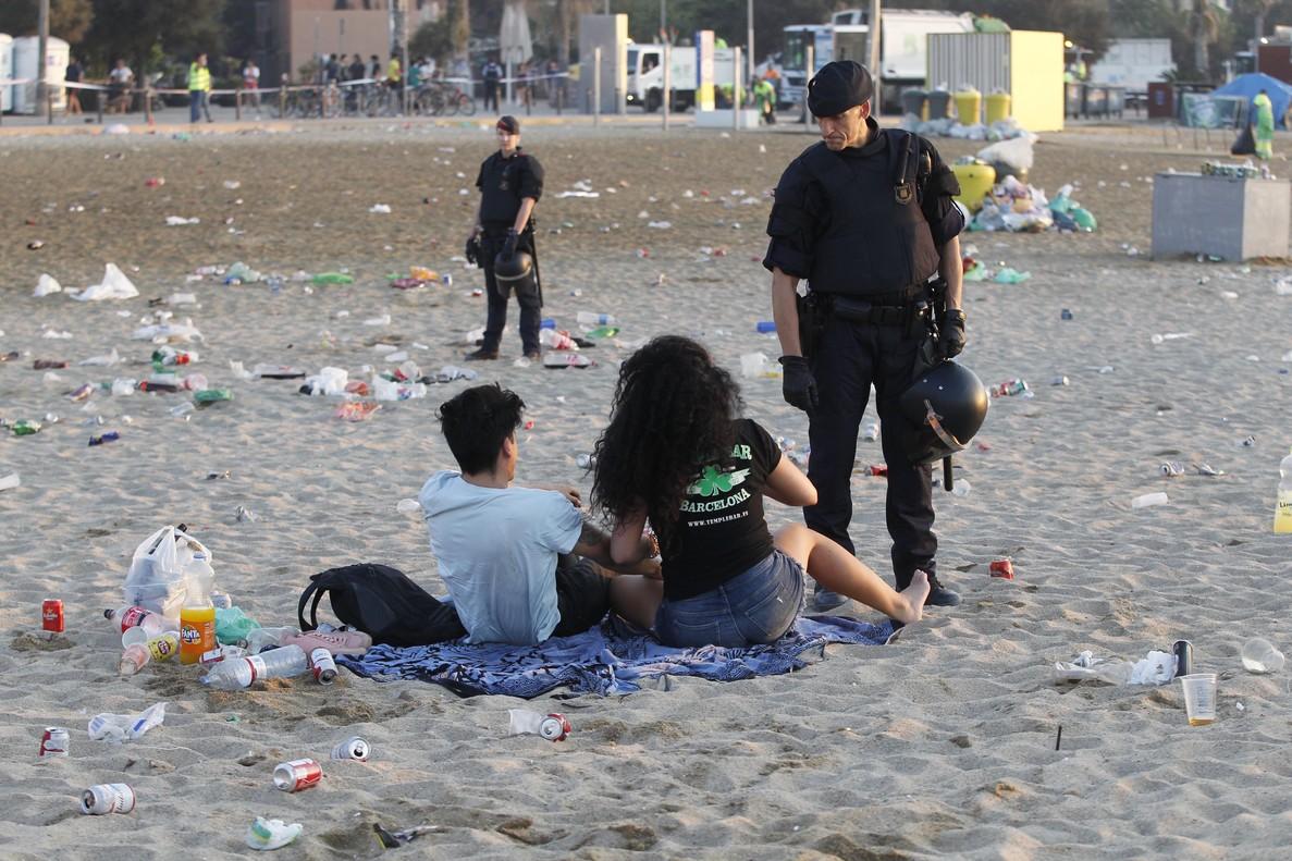 Desalojo y limpieza de la playa de la Barceloneta este sábado a las 6.