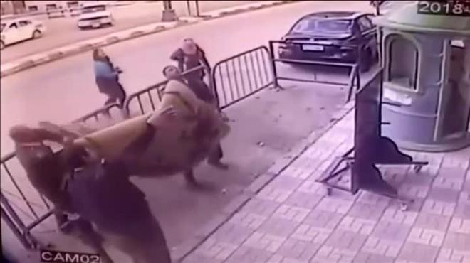 El nen cau i tira a terra un dels policies. Un cop terrible que esmorteeix la caiguda des del tercer pis i que salva la vida del nen.