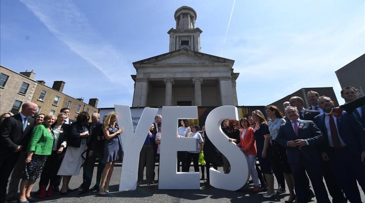 Políticos y ciudadanos a favor de votar sí a la reforma de la enmienda que prohíbe el aborto.