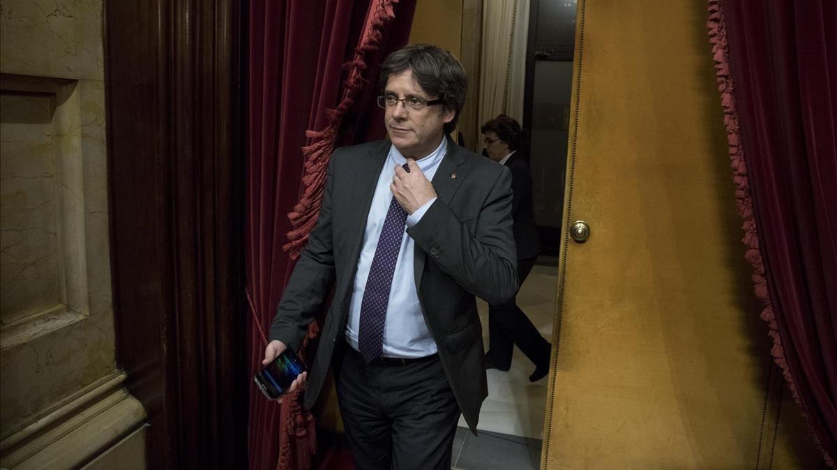 El 'president', Carles Puigdemont, entra en el hemiciclo del Parlament.