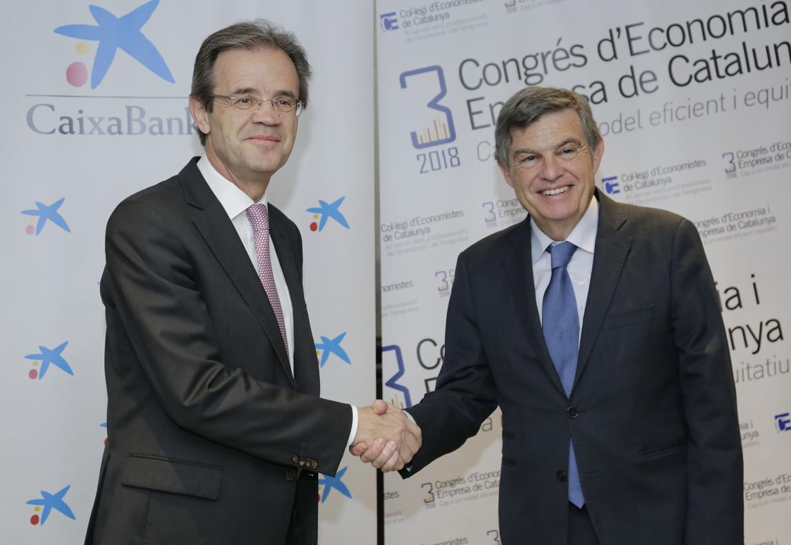 El presidente de CaixaBank, Jordi Gual, y el decano del Col·legi d'Economistes de Catalunya, Joan B. Casas.
