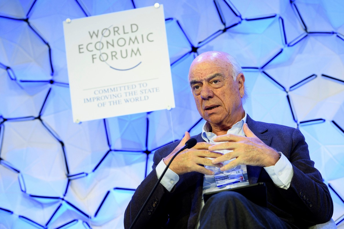 GRAF5708. DAVOS (SUIZA), 23/01/2018.- El presidente del BBVA, Francisco González, durante su intervención hoy en la apertura de la 48ª Reunión Anual del Foro EconómicoMundial WEF, en Davos (Suiza), donde directivos de las mayores entidades financieras del mundo abordan la perspectiva de una nueva crisis financiera en un momento de profundos cambios regulatorios y riesgos geopolíticos. EFE/Laurent Gillieron
