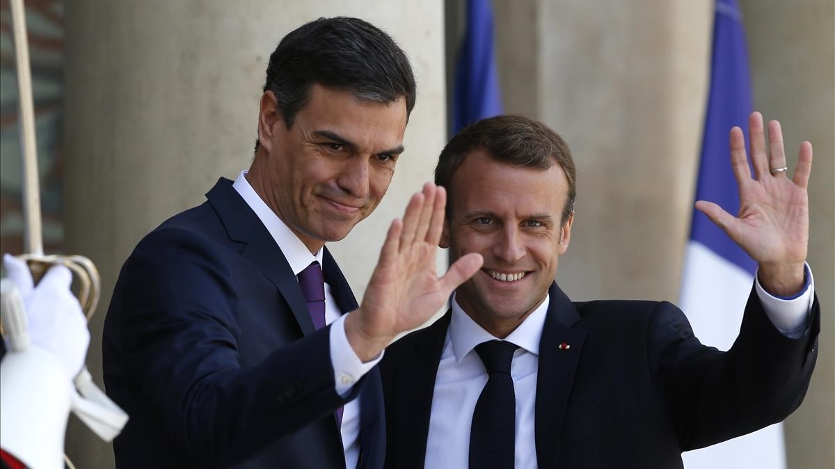 El presidente Pedro Sánchezrecibido por su homólogo francés, Emmanuel Macron.