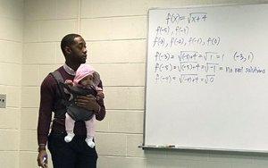 """Un profesor carga con el bebé de un alumno que no encontró canguro: """"Así puedes coger apuntes"""""""