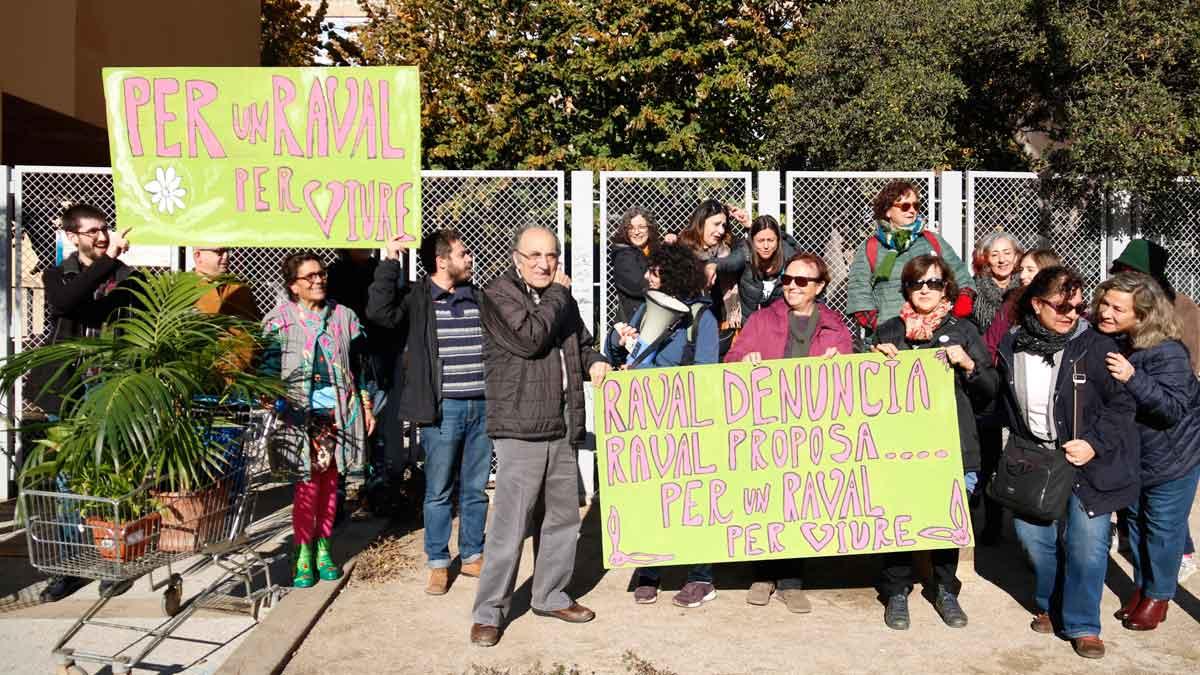 Protesta de vecinos del Raval, en Barcelona, para pedir más espacios verdes para el barrio.