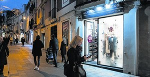 El proyecto Il·lusió, que ilumina el escaparate de la tienda Alessandro Sacco, en Major de Sarrià, es el mejor valorado por los viandantes.