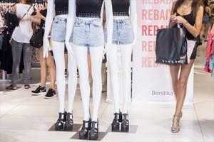 La publicidad en tiendas de ropa puede ayudar a promover trastornos alimentarios como la anorexia y la bulimia.