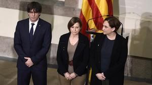 Puigdemont, la presidenta del Parlament, Carme Forcadell, y Colau, en la Cámara catalana, la semana pasada.
