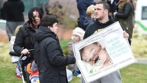 Manifestación contra la desconexión del bebé Alfie Evans, este lunes.