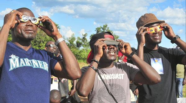 Sara Santacana de misioneclipse.es lo narra para El PERIÓDICO desde Gulu, Uganda.