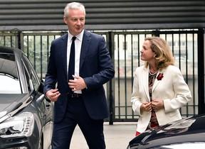 La ministra de Economía y Empresa del Gobierno español, Nadia Calviño, es recibida por el ministro francés de Economía y Finanzas, Bruño Le Maire, en París.