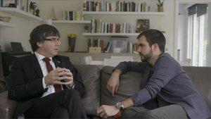Ricard Ustrell entrevista al 'expresident' Carles Puigdemont, en el programa 'Quatre gats' de TV-3.