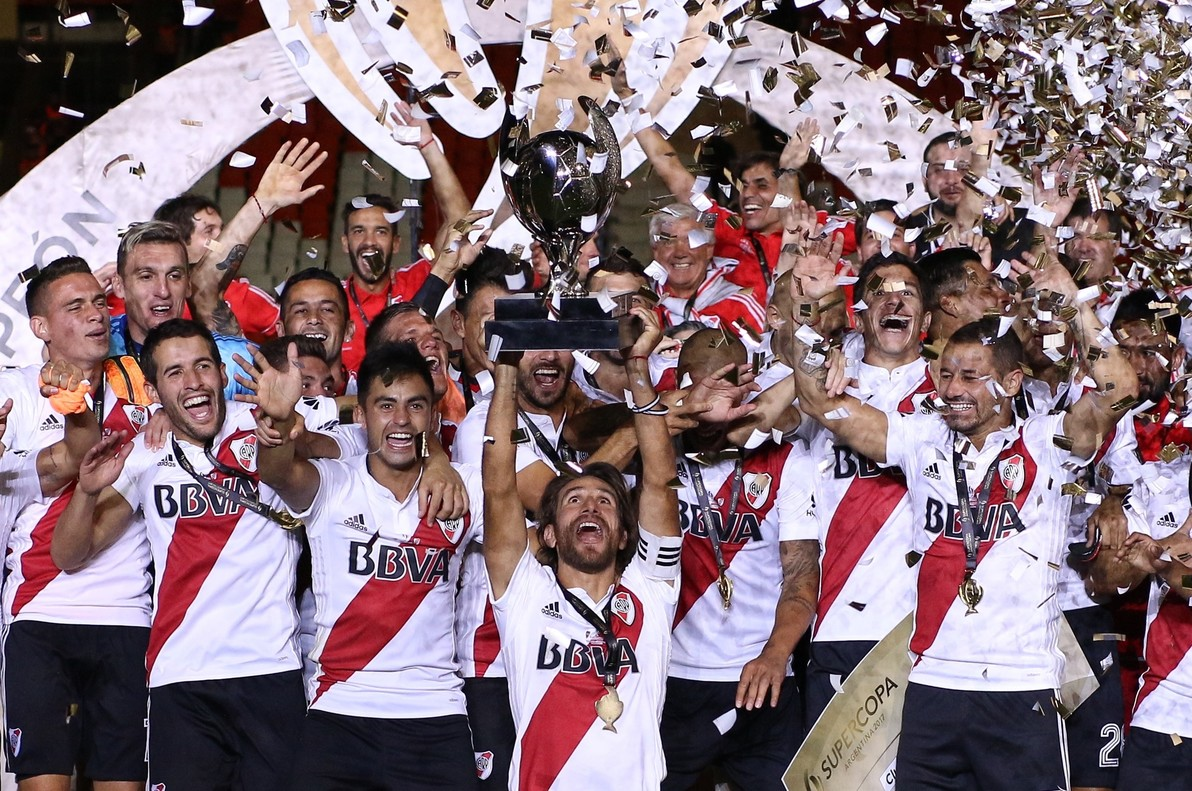 -FOTODELDÍA- BAS536. MENDOZA (ARGENTINA), 14/03/2018.- Leonardo Ponzio (c) de River Plate celebra su victoria hoy, miércoles 14 de marzo de 2018, tras la final de la Supercopa Argentina en el estadio Malvinas Argentinas en Mendoza (Argentina). EFE/Nicolás Aguilera