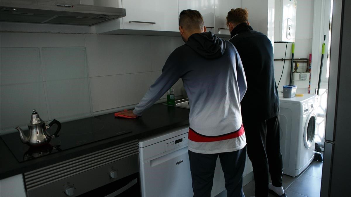 Dos chicos magrebís a punto de cumplir los 18 años, que viven en un piso de inserción en Sabadell.