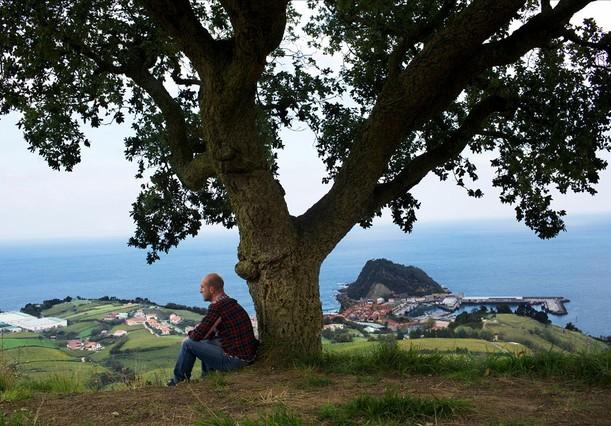 Aitor Arregi,dueño del restaurante Elkano, en la colina desde la que otea Getaria y el Cantábrico.