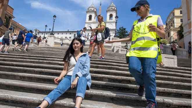 Roma multará a quienes se sienten en la escalinata de la plaza de España.