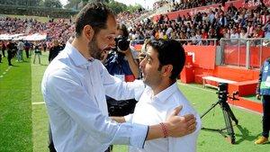 Machín y Gallego se saludan en un partido entre el Girona y el Espanyol de abril del 2018.