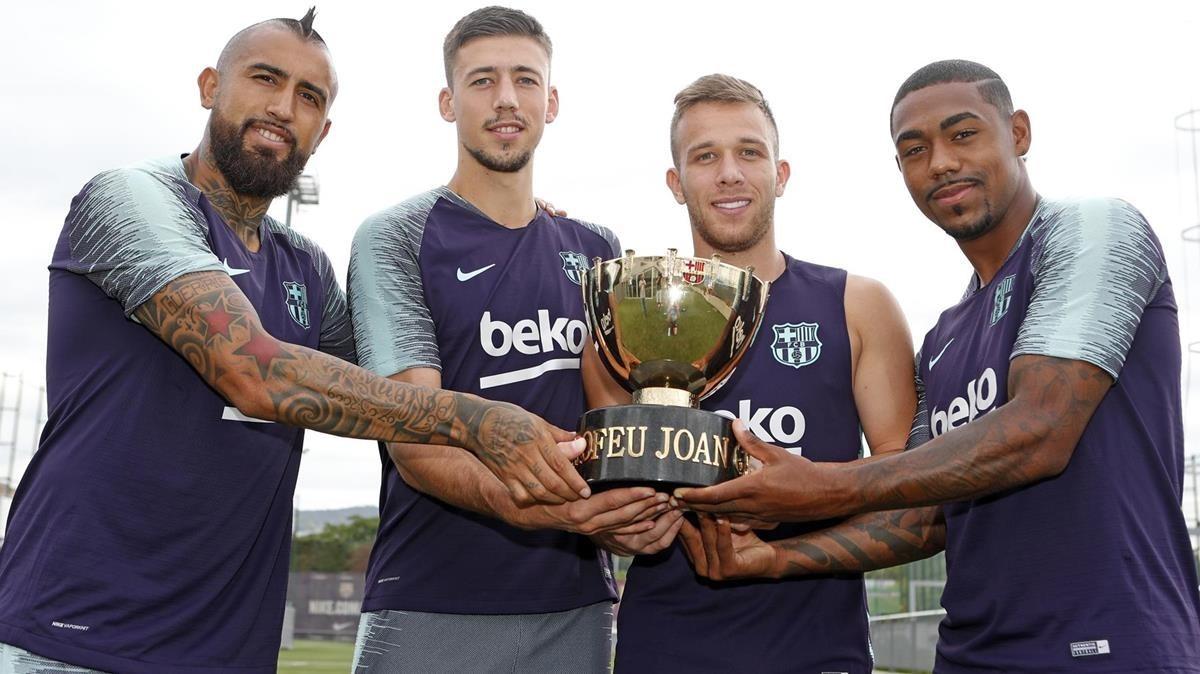 Arturo Vidal, Lenglet, Arthur y Malcom, con el trofeo del Gamper, este martes en Sant Joan Despí.