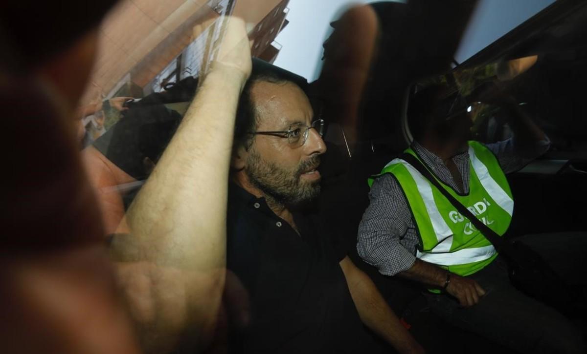 Sandro Rosell, durante su salida de su domicilio de Barcelona en un coche policial.