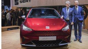 Luca De Meo y el CEO del Grupo Volkswagen, Herbert Diess, con el Seat el-Born.