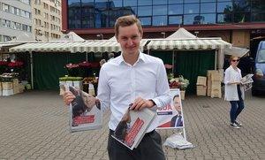 Sebastian Kaleta, diputado del PiS, haciendo campaña en las calles de Varsovia.