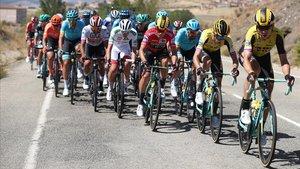 El Jumbo, con Roglic de rojo, en persecución del grupo de Quintana.