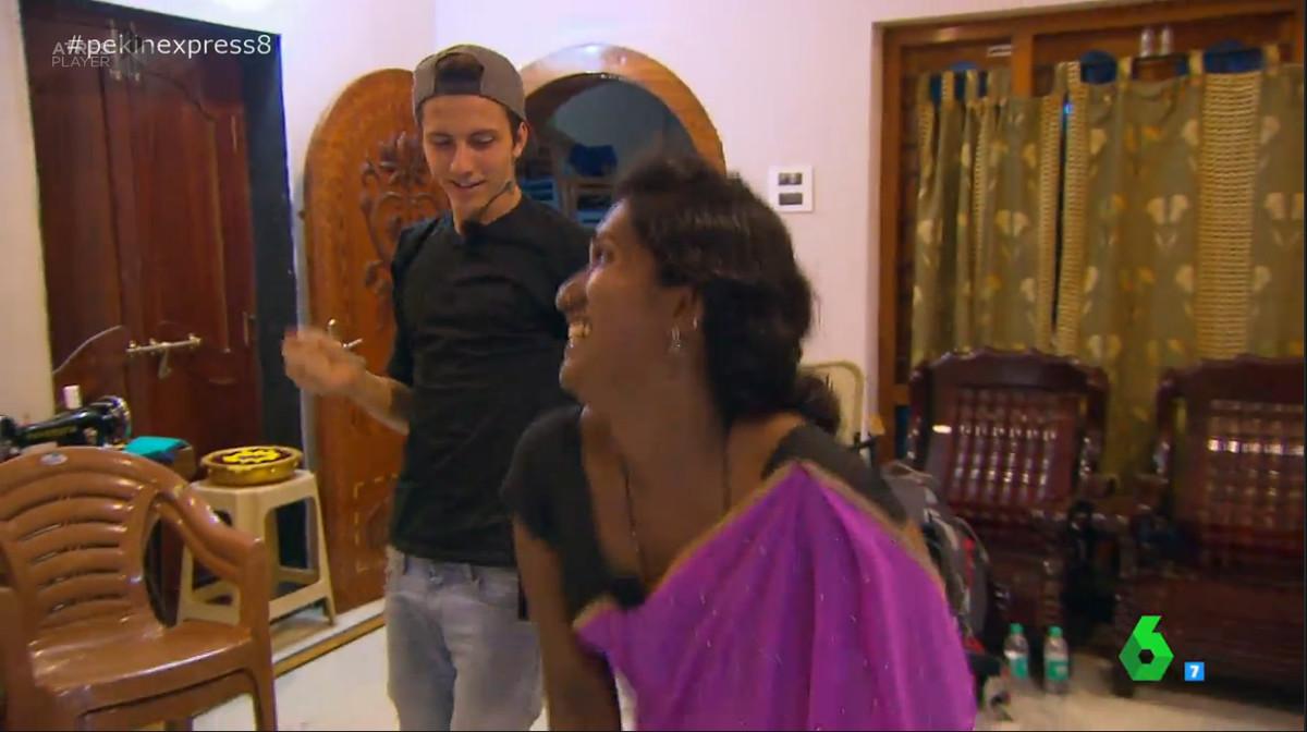 A pesar del cansancio acumulado, Jonan demostró sus dotes de bailarín a una de las mujeres indias que le dio cobijo en su casa junto a Priscila.