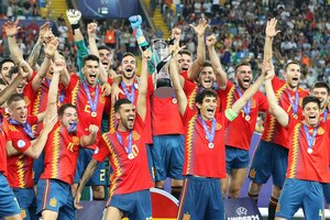 Udine (Italy), 30/06/2019.- Spain players celebrate with the trophy after the UEFA European Under-21 Championship 2019 final soccer match between Spain And Germany in Udine, Italy, 30 June 2019. (Alemania, Italia, España) EFE/EPA/GABRIELE MENIS