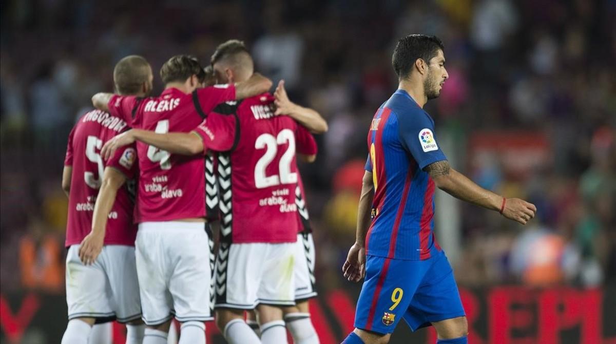 Suárez abandona el campo cabizbajo tras la derrota ante el Alavés.
