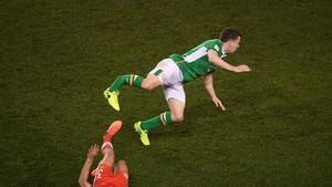 Taylor le rompe la pierna a Coleman en una acción del Irlanda-Gales.