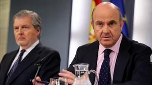 El ministro portavoz, Íñigo Méndez de Vigo, y el ministro de Economía, Luis de Guindos, en la rueda de prensa posterior al Consejo de Ministros.