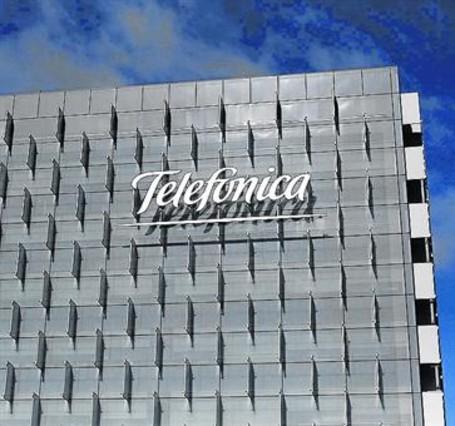 Imagen del cuartel general de Telefónica en Madrid, con el logotipo.