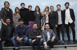 Equipo artístico de la serie La zona, junto consus creadores, los hermanos Sánchez-Cabezudo.