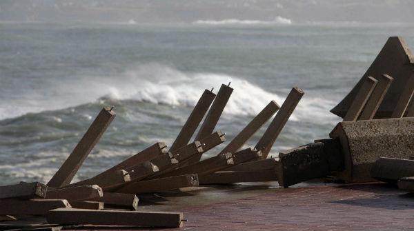 El temporal provoca fuertes daños en la costa gallega.