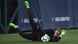 Ter Stegen atrapa el balón en un entrenamiento en la ciudad deportiva del Barça.