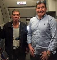Un ostatge es fa una foto amb el segrestador de l'avió d'EgyptAir