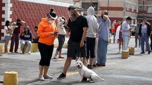 Varias personas salen de sus hogares trasescuchar la alerta sísmica en diferentes alcaldías de Ciudad de México.