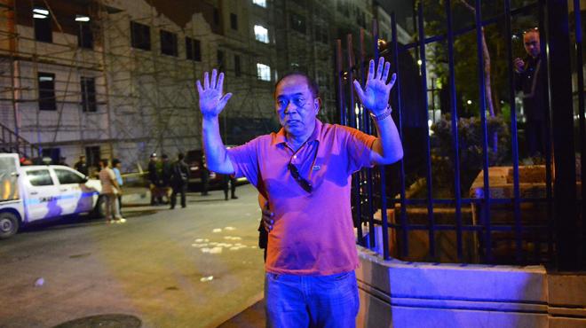 Agentesde la policía filipina, identifican a los ciudadanos juntoal hotel atacado en Manila.