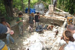 Trabajos de excavación en la fosa común de Gurb, efectuados en 2008 por un equipo de invesigadores coordinado por la Universitat Autònoma de Barcelona (UAB)
