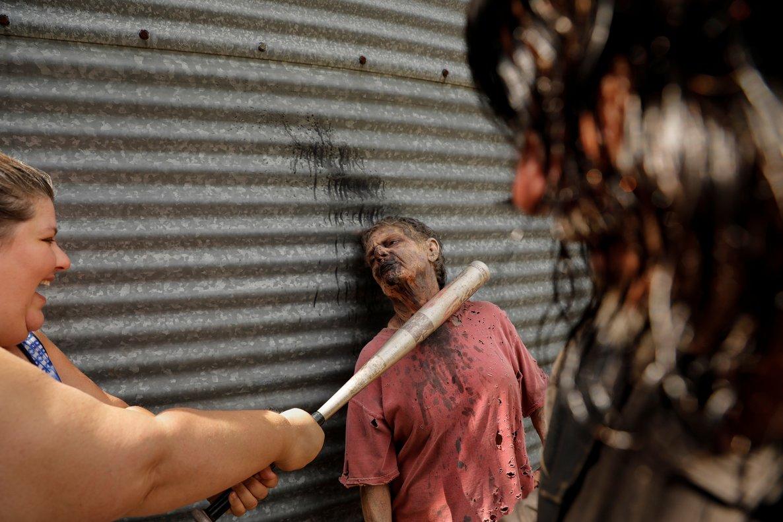 La turista Amy Powers trata de matar al zombi Terrie Hamrick, durante su visita al parque.