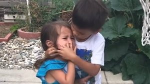 Un niño consuela a su hermana tras recibir un balonazo