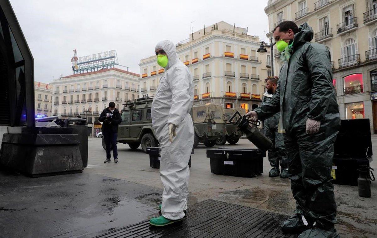 La UME desinfecta la Puerta del Sol de Madrid.