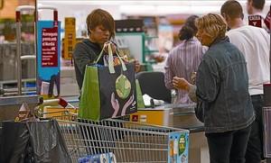 Una clienta se lleva la compra en una bolsa reutilizable, ayer en un hipermercado de Barcelona.