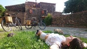 Una joven descansa en un momento de la ruta con bicicleta eléctrica por el Baix Empordà.