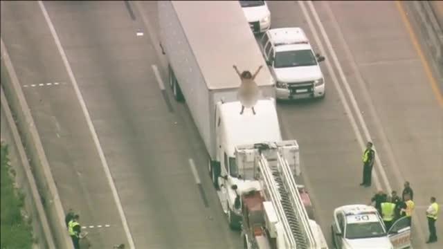 Una mujer desnuda provoca un atasco en Texas.