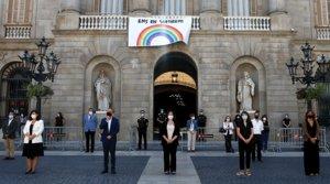 Una representación del Ayuntamiento de Barcelona, con la alcaldesa Ada Colau a la cabeza, durante el minuto de silencio por las víctimas del covid, el 27 de mayo.