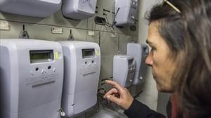 Una usuaria inspecciona uno de los nuevos contadores de luz.