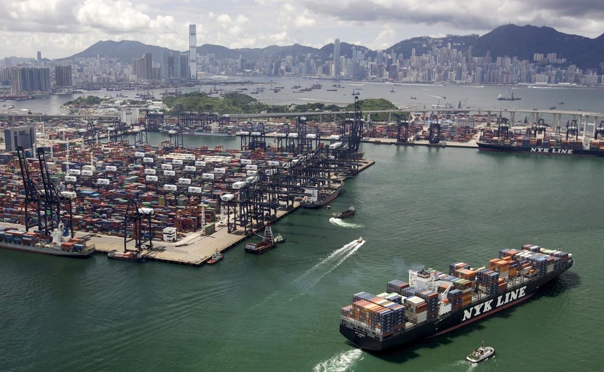 HKG02 HONG KONG (CHINA) 22/06/10.- Una vista aérea del puerto de Kwai Chung, uno de los puertos más ocupados del mundo, en Hong Kong, China, el martes 22 de junio de 2010. Mientras la recesión global económica comienza a suavizar, las compañías navieras que manejan la flota de marina mercante mundial han comenzado a mostrar algunos signos de recuperación y crecimiento. Maersk Line, líder mundial en transporte de contenedores, dijo que un rebote fuerte en el comercio global ha conducido a una escasez sin precedentes de contenedores. EFE/ALEX HOFFORD