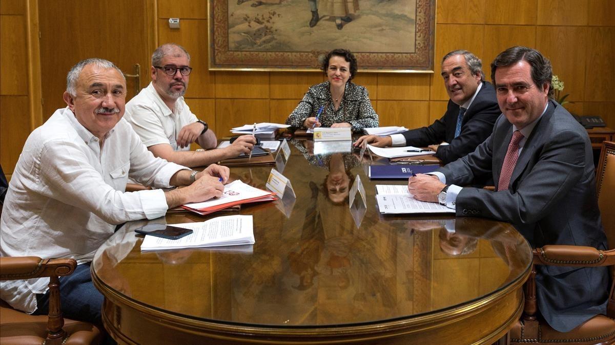 La ministra de Trabajo, Magdalena Valerio, presidiendo la mesa de diálogo social con los representantes de los agentes sociales, este jueves.